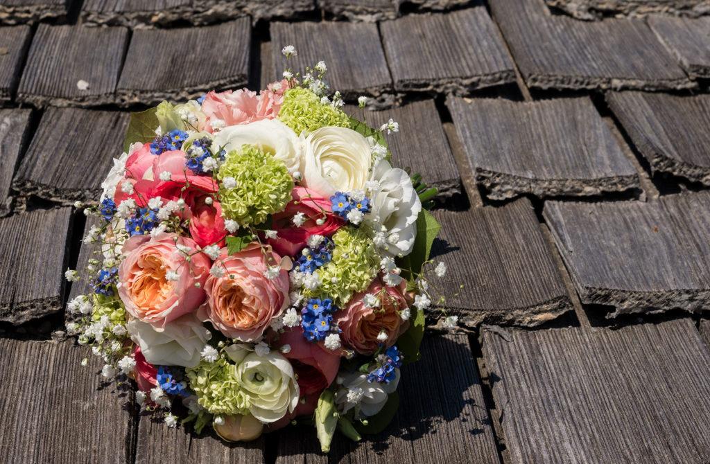 Brautstrauss auf Schindeldach