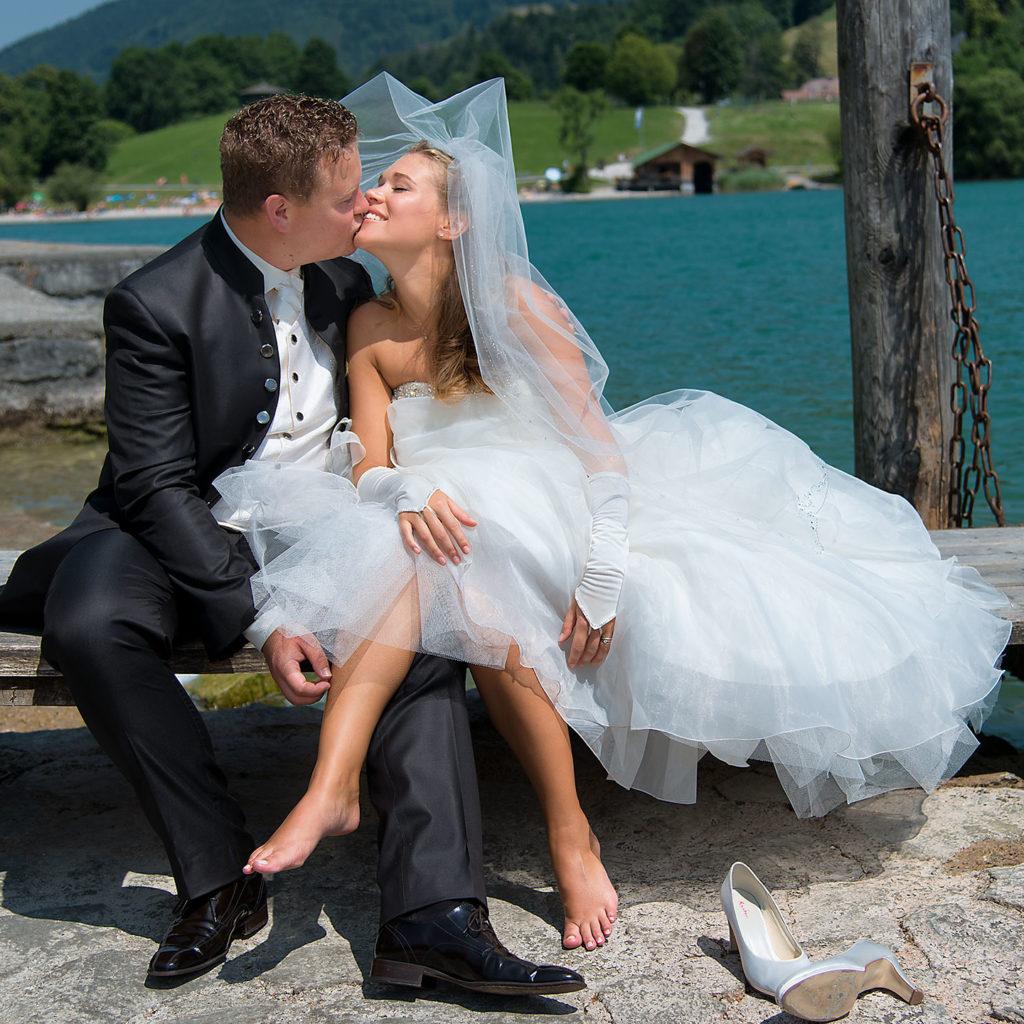 Brautpaar in einer Pause während des Hochzeits-Shootings