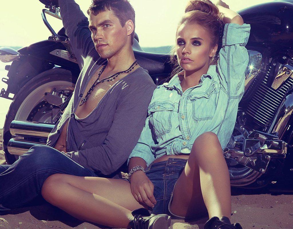 ein junges Paar sitzt vor einem Motorrad - Einladungskarte Hochzeit