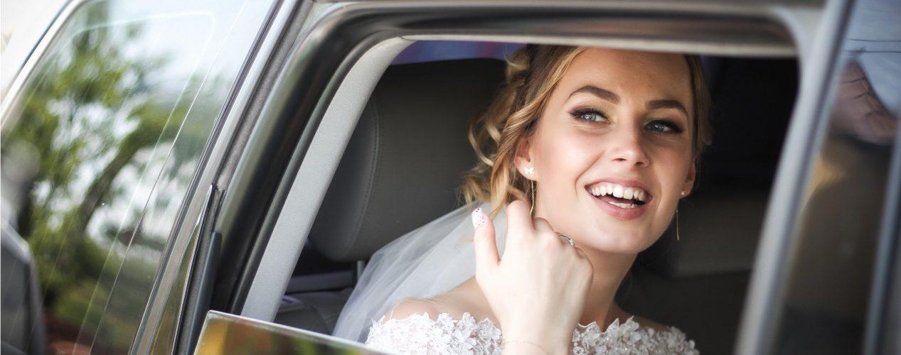 Braut im Auto auf dem Weg zur Kirche