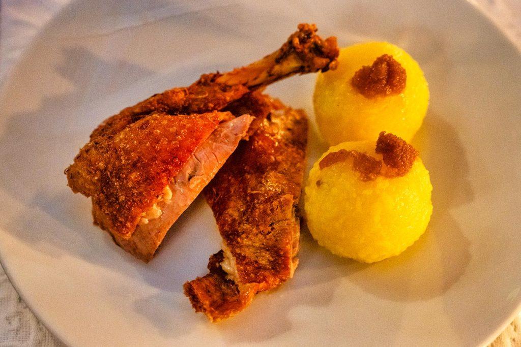 Ente mit Kartoffelknoedel im Freihaus Brenner