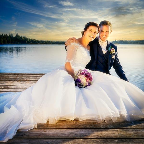 Brautpaar am See im Abendlicht