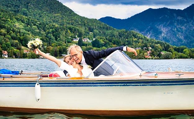 Brautpaar bei einer intimen Schifffahrt